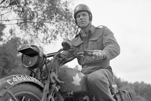 Despatch rider Frank Shaughnessy of the 2nd Anti-Tank Regiment, Royal Canadian Artillery (R.C.A.). Photo credit: Lieutenant C.E. Nye/Canada. Dept. of National Defence/Library and Archive Canada/PA-142668